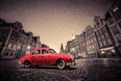 Väggdekor Retro röd bil på kullersten historiska gamla stan i regn. Wroclaw, Polen.