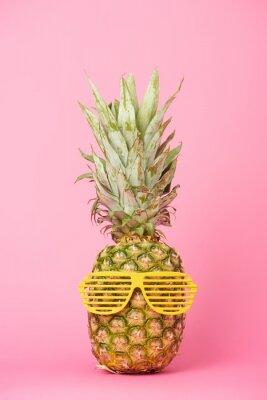 Väggdekor rolig och välsmakande ananas i solglasögon på rosa bakgrund