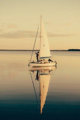 Väggdekor Segelbåt på en lugn sjö med eftertanke i vattnet. Serene scen landskap.