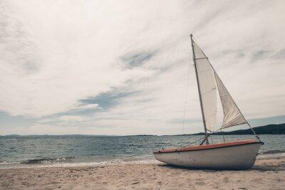Väggdekor Segelbåt på tropisk strand med blå vatten bakgrund