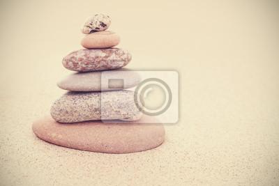 Väggdekor Sepia retro stiliserad sten pyramid på sand, harmoni och balans