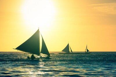 Väggdekor Silhuetten av typiska segelbåtar på solnedgången i Boracay ön i Filippinerna