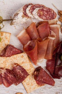 Väggdekor Skinka, nötter, kex och druv på vit trä bakgrund