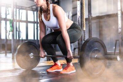 Väggdekor Skott av fitness kvinna i gym med barbell