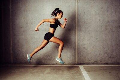 Väggdekor Slim attraktiv sports körs mot en betongvägg