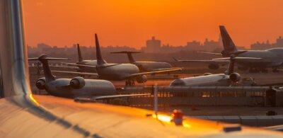 Väggdekor Solnedgång på flygplatsen med flygplan redo att ta bort