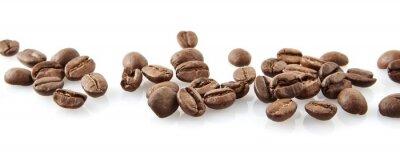 Väggdekor Spridda kaffebönor i linje på vitt