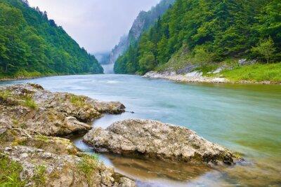 Väggdekor Stenar på flodstrand i bergen. Dunajec River Gorge