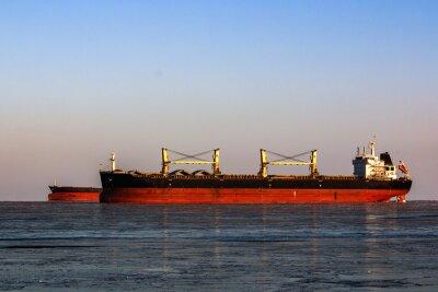 Väggdekor stora tankfartyg i kön för lastning av olja i isiga havet