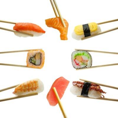 Väggdekor sushi i ätpinnar isolerade på vit bakgrund