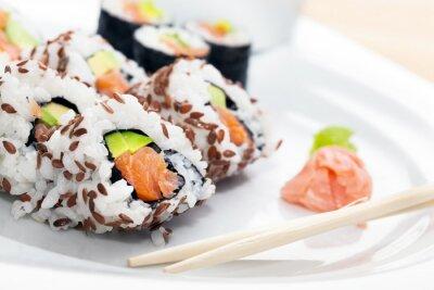 Väggdekor Sushi med lax, avokado, ris tång serveras med wasabi och ingefära.