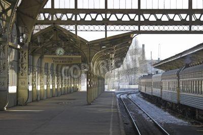 Väggdekor Tågstation plattform med en hängande klocka och