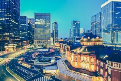 Väggdekor Tokyo järnvägsstation och Tokyo höghus vid skymning tid