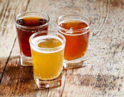 Väggdekor Tre sorters öl på gamla trä bakgrund, selektiv inriktning