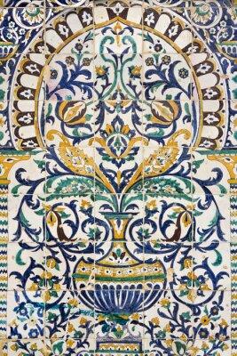 Väggdekor Tunisien. Kairouan - den Zaouia Sidi Saheb. Fragment av keramiska kaklade panel med blommor och arkitektoniska motiv