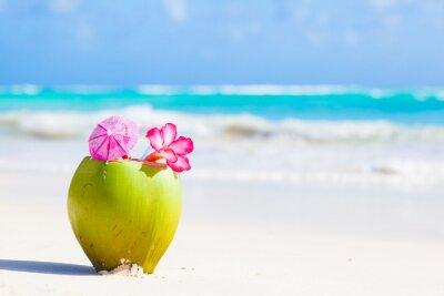 Väggdekor två färsk kokosnöt cocktail på tropisk strand med blomma