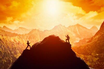 Väggdekor Två män som kör race till toppen av berget. Konkurrens, konkurrenter, utmaning