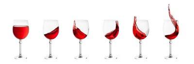 Väggdekor uppsättning vinglas med stänk av vin isolerad på vitt tillbaka