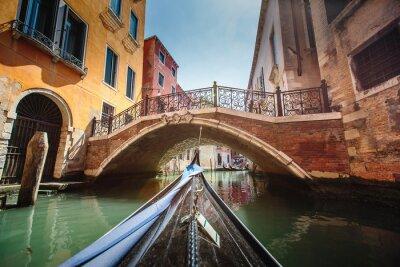 Väggdekor Utsikt från gondol under resa genom kanalerna i Venedig i