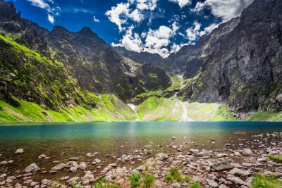 Väggdekor Vacker damm i mitten av bergen i gryningen