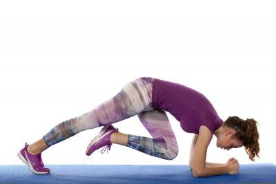 Väggdekor vacker flicka gör fitness träning på vit bakgrund