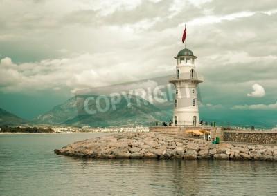 Väggdekor Vacker natur landskap med berg intervall, molnig himmel och fyr i hamn Alanya, Turkiet