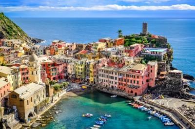 Väggdekor Vacker utsikt över havet och hamnen i färgstark by Vernazza, Cinque Terre, Italien