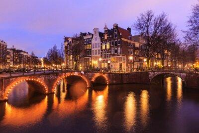 Väggdekor Vacker utsikt över kanalerna i Amsterdam med bron och typiska holländska