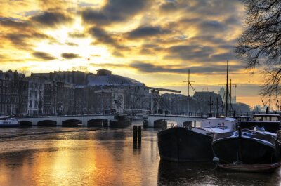 Väggdekor Vacker vinter panorama över floden Amstel och den magra bron i Amsterdam, Nederländerna. HDR
