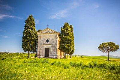 Väggdekor Vackert landskap med kapell i Toscana, Italien
