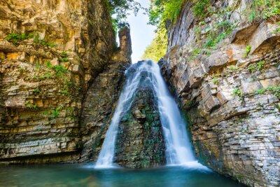 Väggdekor Vackra vattenfall i skogen