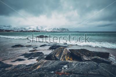 Väggdekor Vågor av norskt hav på stenig fjordstrand. Rambergstrand, Lofoten, Norge