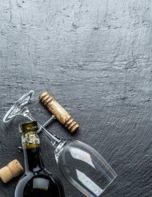 Väggdekor Vin flaska, glas vin och korkskruv på grafit ombord.