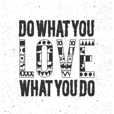 Väggdekor Vintage monokrom svart typografi affisch på vit bakgrund. Inspirerande och motiverande illustration med citationstecken design, vintage konsistens. Gör vad du älskar.