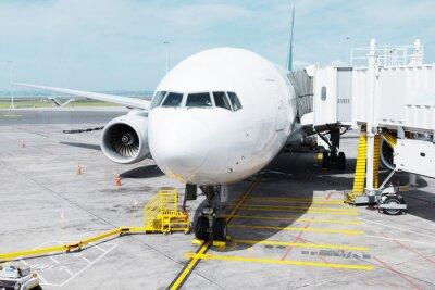 Väggdekor vit flygplan i förkläde i mulen himmel