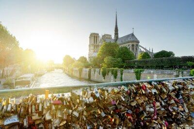 Väggdekor Vy över Notre Dame-katedralen i Paris med kända lås av kärlek