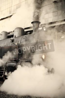 Väggdekor Ånglok vid järnvägsstationen insvept i moln - retro toning